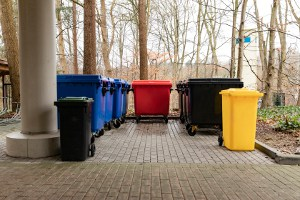 Diverse gekleurde containers voor verschillende afvalstromen.