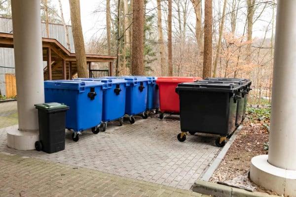 Diverse kleuren containers voor het juiste afvalbeheer.