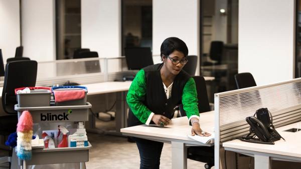 Het schoonmaken van werkplekken op kantoor met de microvezelmethode.