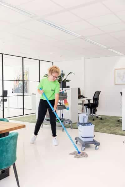 Dagschoonmaak: je kantoor of bedrijfspand overdag laten schoonmaken.