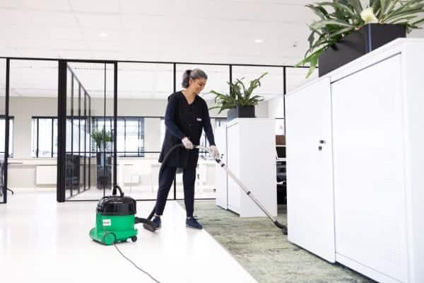 Grondig stofzuigen hoort ook bij het schoonmaken van kantoren.