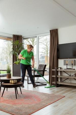 Schoonmaker van Blinck maakt bungalow Europarcs Resort Zuiderzee schoon.