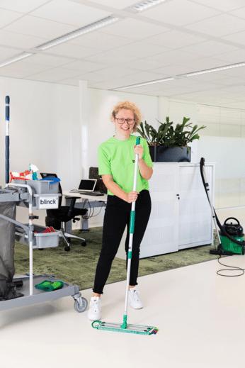 Uitblincker aan het schoonmaken in een kantoor.