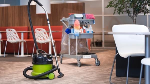 Dagelijkse schoonmaak: van vloeren tot werkplekken, wordt het inspanningsgericht of resultaatgericht?